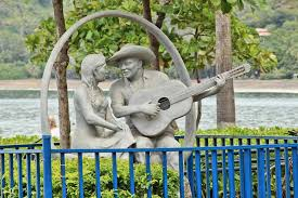 Sculpture of man singing Amor de Temporada to his love