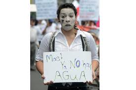Man with sign about shortage of Costa Rica water